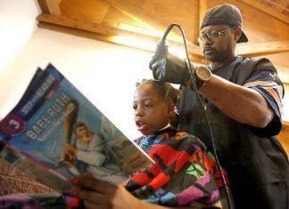 Courtney Holmes, coiffeur, coupe gratuite, enfants, lecture, livres