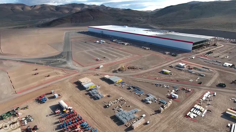 Vue aérienne de la Gigafactory de Tesla avec un drone