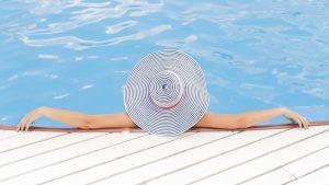 Seins nus piscines en Suède