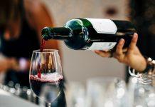 Un homme écrase un verre de vin sur une fillette de 2 mois